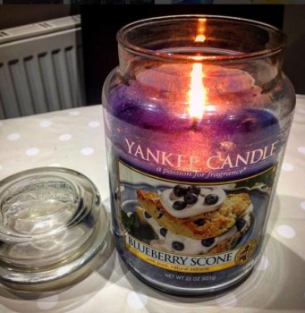Yankee-Blueberry-Scone-Scented-Candle-Review-1