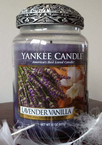 yankee lavender vanilla candle review candle frenzy. Black Bedroom Furniture Sets. Home Design Ideas