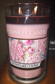 Yankee-Snowflake-Cookie-Scented-Candle-Review-1