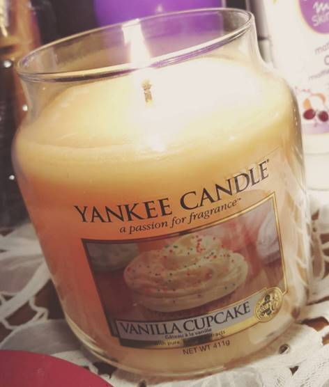 Yankee-Vanilla-Cupcake-Candle-Review-2