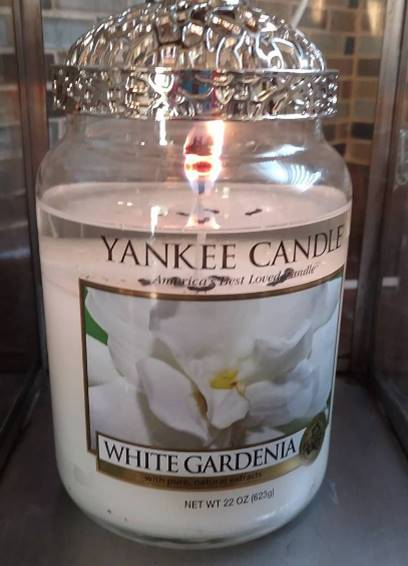 yankee-white-gardenia-sccented-candle-review-1