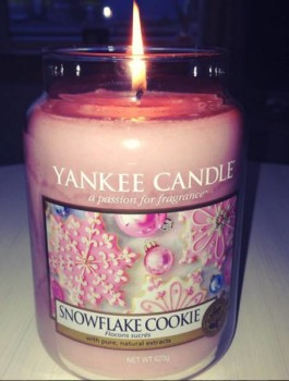Yankee-snowflake-cookie-scented-candle-review-2