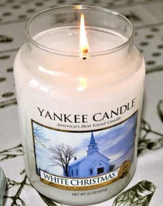 Yankee-White-Christmas-Scented-Candle-Review-1