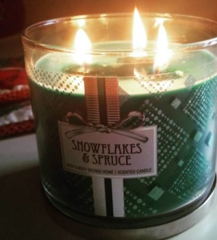 Bath-Body-Works-Snowflakes-and-Spruce-Jar-Candle-3