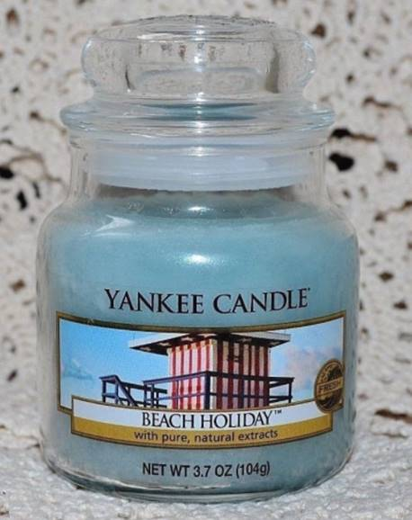 Yankee-Beach-Holiday-Scented-Candle-Review-3