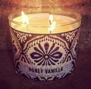 Bath-Body-Works-Honey-Vanilla-Scented-Candle-Review-Photo-7