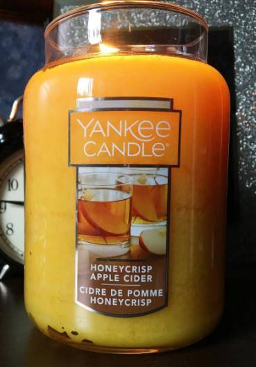 Yankee-Honeycrisp-Apple-Cider-Scented-Candle-Review-4